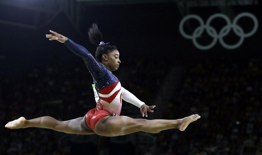 拜爾斯展現體操優美動作。 美聯社