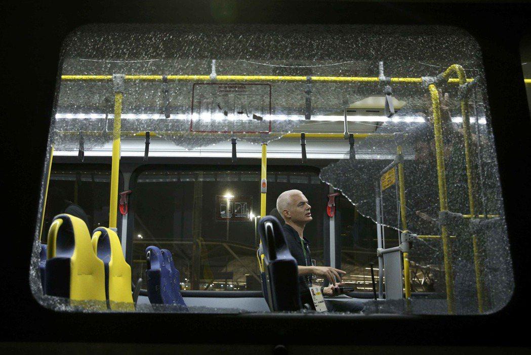 在奧運場地之間往來載送記者的一輛巴士9日晚間在高速公路上遭到槍擊,所幸無人傷勢嚴...