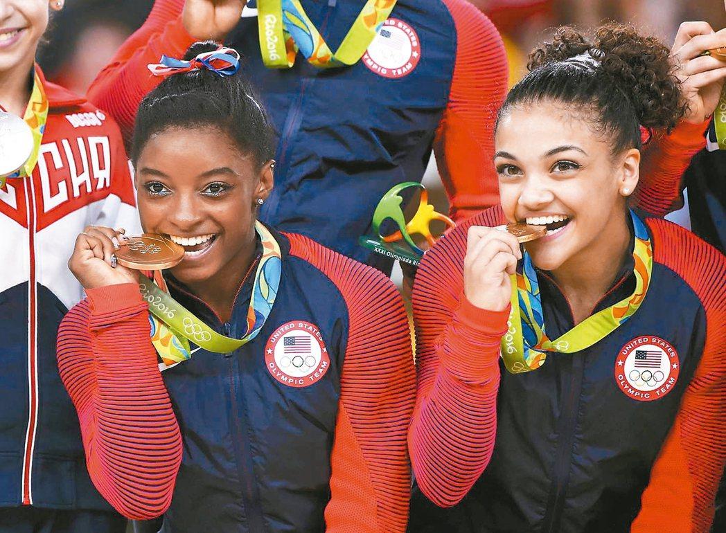身世坎坷的美國19歲體操名將拜爾斯,帶領美國隊在女子團體賽衛冕金牌,祖父母在看台...
