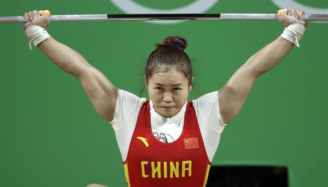 中國大陸選手鄧薇今天在里約奧運女子六十三公斤級奪得金牌,並打破挺舉和總和成績兩項...