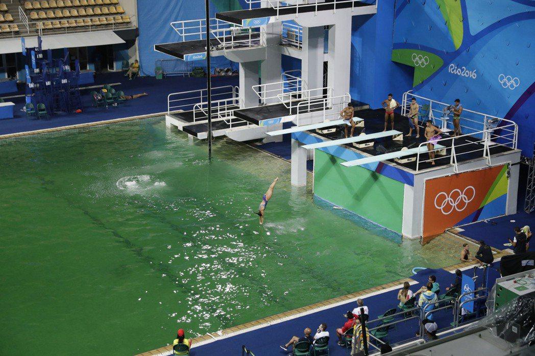 里約奧運跳水項目官員今天對於跳水池的池水,何以在一夜之間轉變成綠色,摸不著頭緒。...