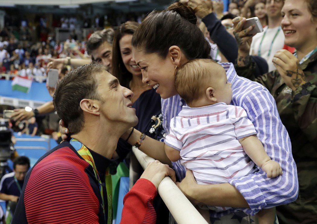 菲爾普斯贏得200公尺蝶式金牌後,衝向觀眾席與老婆、三個月的兒子相擁慶祝。 美聯...