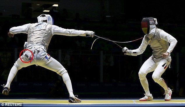 法國擊劍選手路弗(左)在奧運賽事中掉出手機(紅圈處)。圖/路透