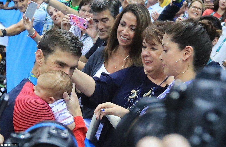 菲爾普斯與家人慶祝他的200米蝶勝利。右二為他的母親黛博拉。(美聯社)
