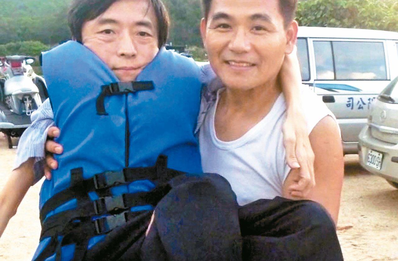 蘇坤佑(右)經營無障礙旅遊,帶著身心障礙朋友玩遍全台,遇到障礙地形,就要抱著他們...