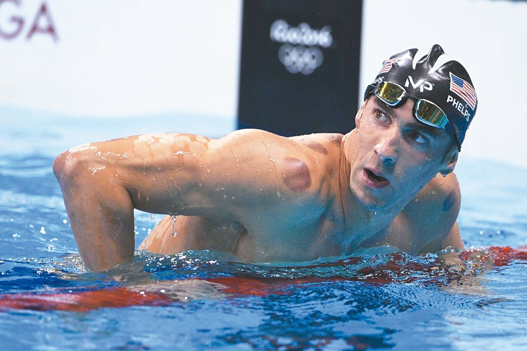 美國泳將「飛魚」費爾普斯昨天在里約奧運游泳賽連拚兩百公尺蝶式、八百公尺自由式接力...