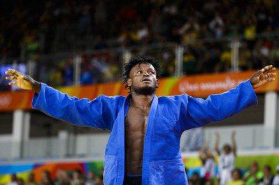 難民隊柔道選手米森加(Popole Misenga)在奧運男子90公斤級出賽,雖...