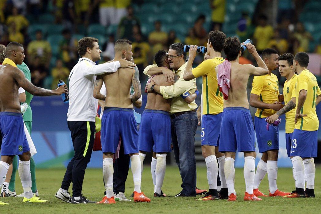 巴西今天在小組賽最後一場,攻進4球大勝丹麥,以1勝2平的戰績晉級八強。 美聯社