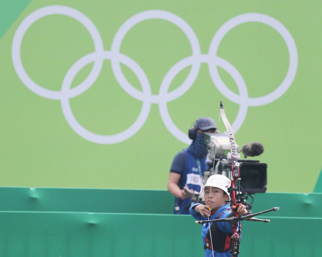 里約奧運女子射箭個人賽16強賽,中華隊譚雅婷(前右)11日(當地時間)再過一關,...