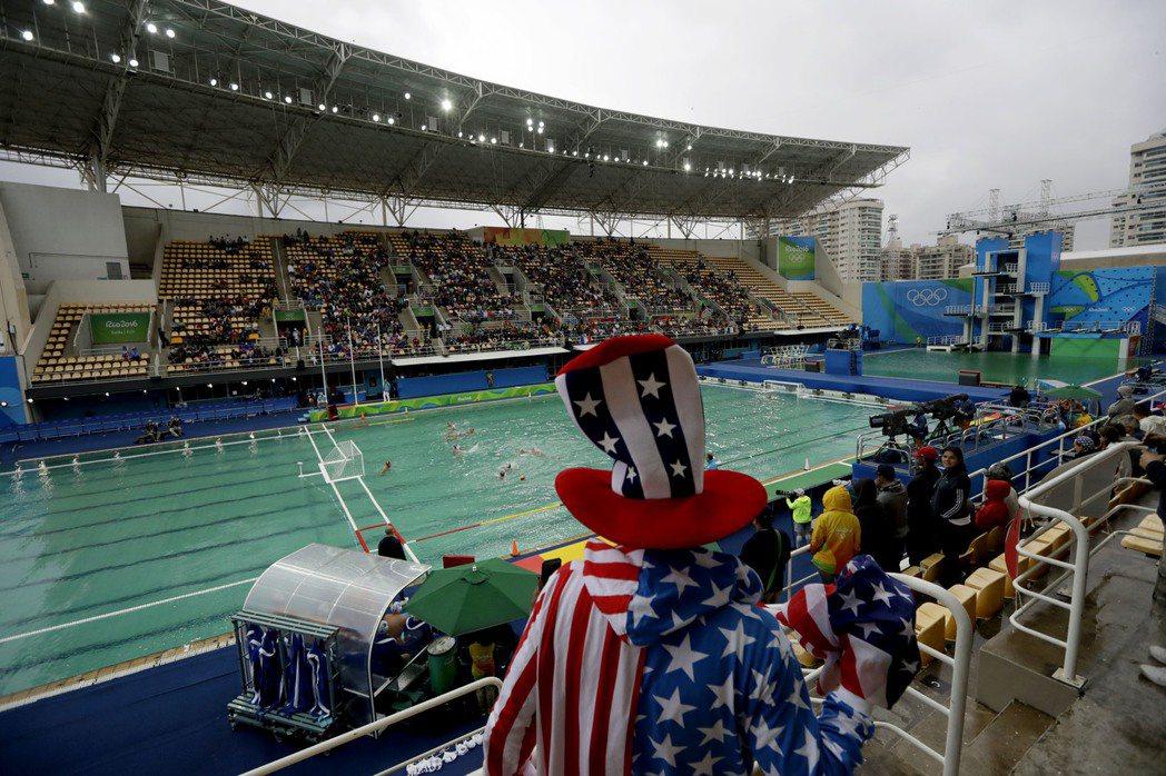 跳水旁的水球比賽場地,水池也變成綠色。 美聯社