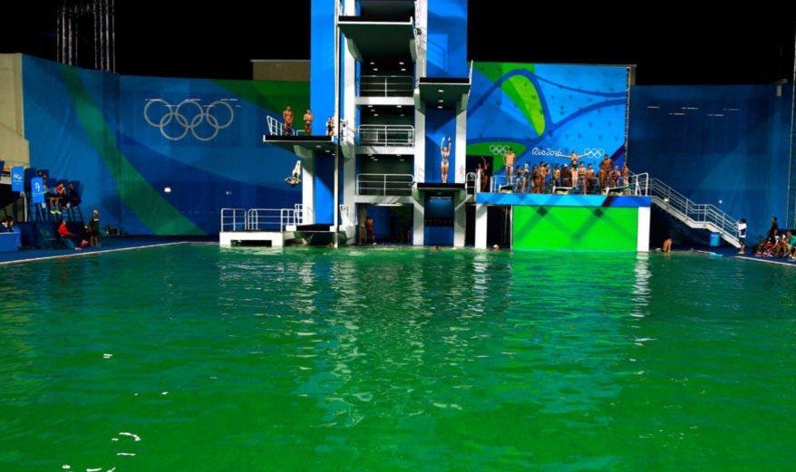 奧運跳水池變成綠色,引發關注。 圖擷自SKY NEWS