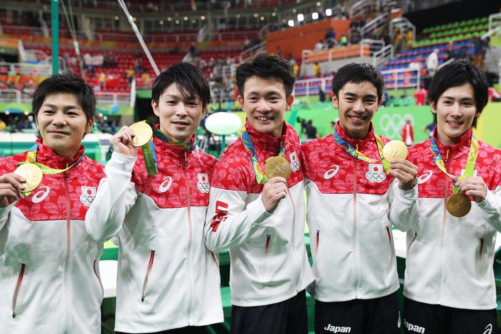 山室光史(左起)、内村航平、田中佑典、白井健三和加藤凌平,為日本拿下睽違12年的...