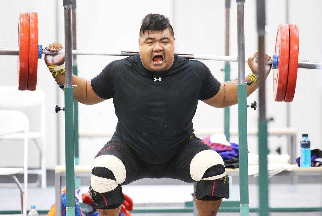 中華舉重隊在本屆里約奧運僅剩陳士杰下周將於無限量級出戰,陳士杰下午前往舉重練習場...
