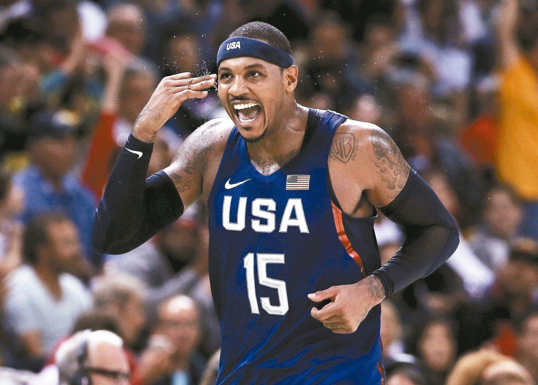 美國男籃隊安東尼投進三分球後,快樂比出手勢,他助隊在奧運逆轉勝澳洲隊。 路透