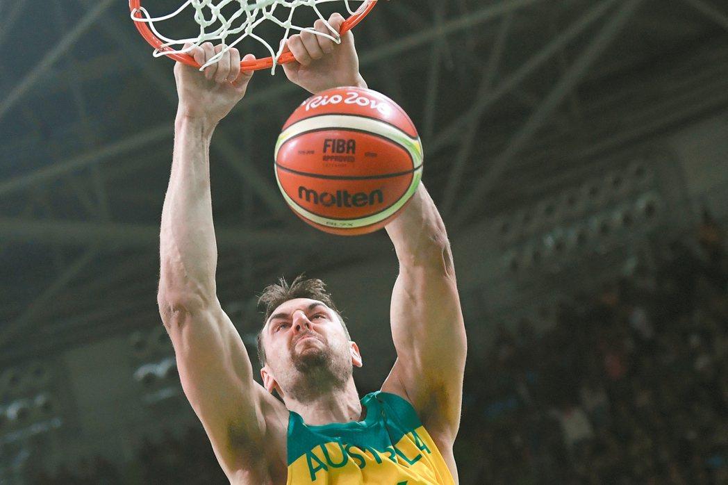 澳洲男籃隊伯加特灌籃,在他帶動下,今年期待在奧運奪牌。 法新社