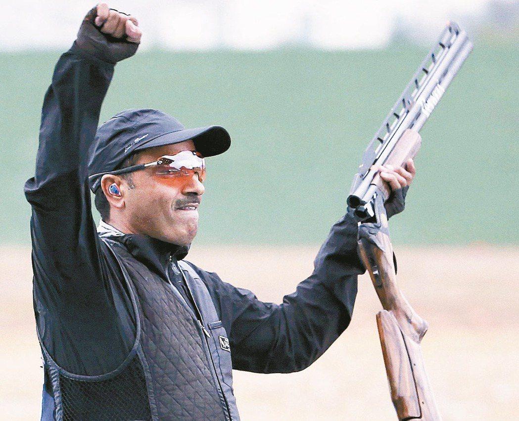 獨立運動員(原籍科威特)的迪哈尼在射擊男子雙不定向飛靶摘金後,興奮地握拳。 路透