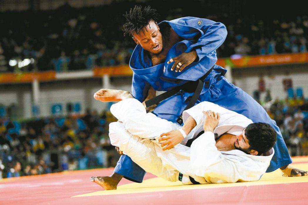 難民隊米森加(上)珍惜在柔道男子九十公斤級出賽的機會。 美聯社