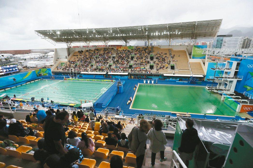 跳水及水球場地都成綠色,使參賽選手憂心影響健康。 美聯社