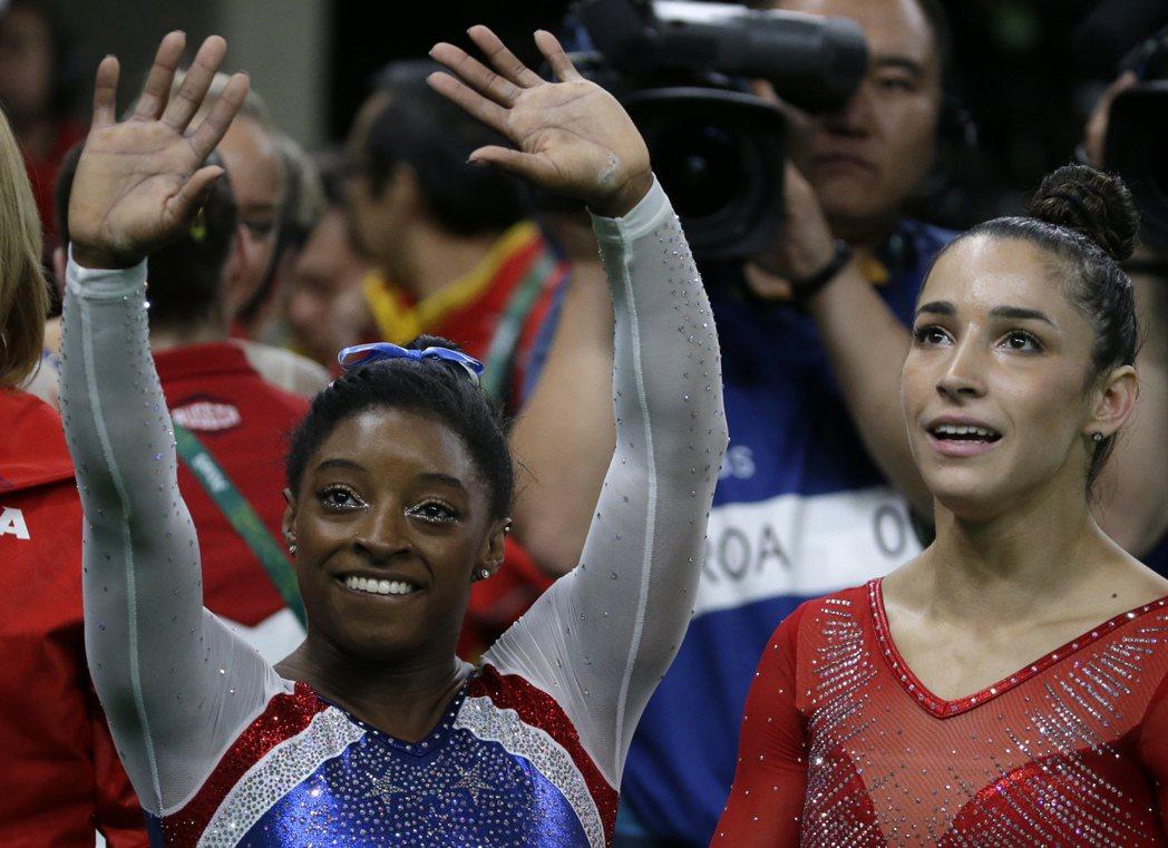美國隊在女子體操全能項目穿金戴銀,有體操界小威之稱的拜爾斯(左)摘下奧運女子個人...
