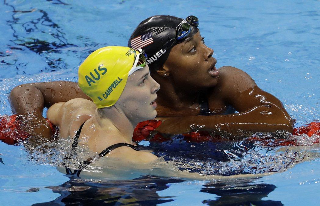 美國選手曼紐(Simone Manuel)發現自已與加拿大奧萊西亞克(Penny...