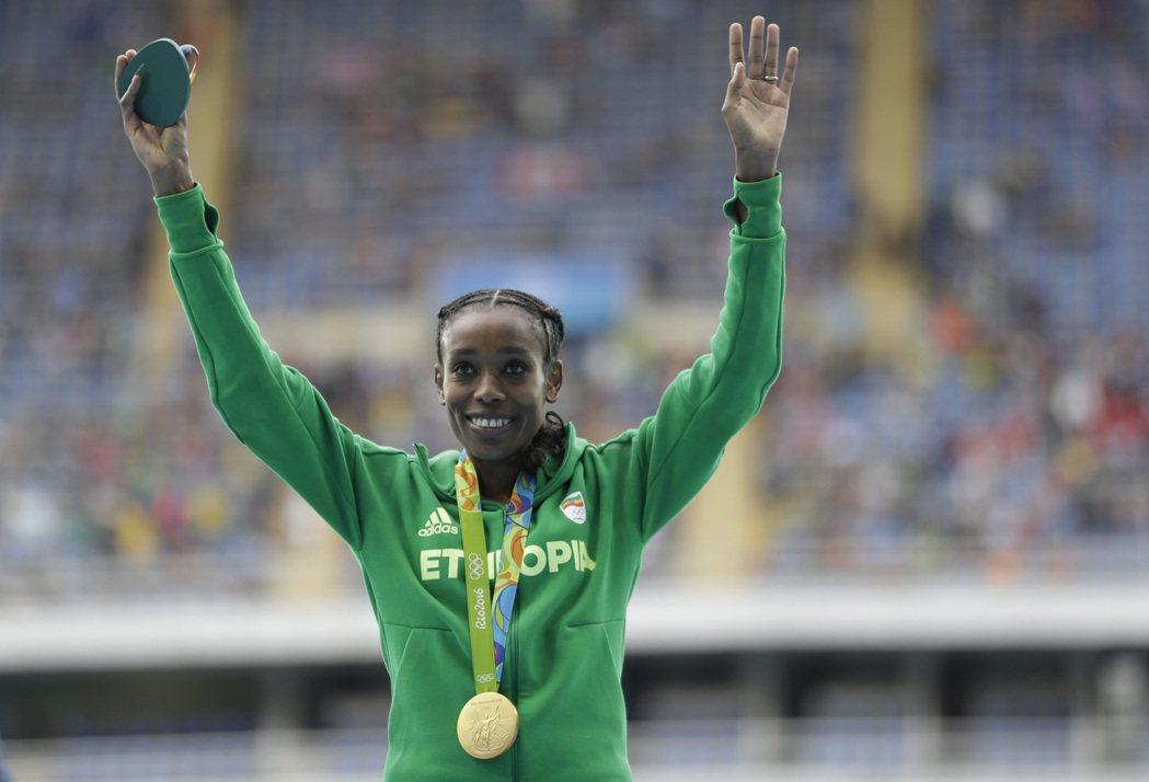 約奧運田徑項目,第一面獎牌的女子1萬公尺競走,衣索比亞名將阿瑪茲(Almaz A...