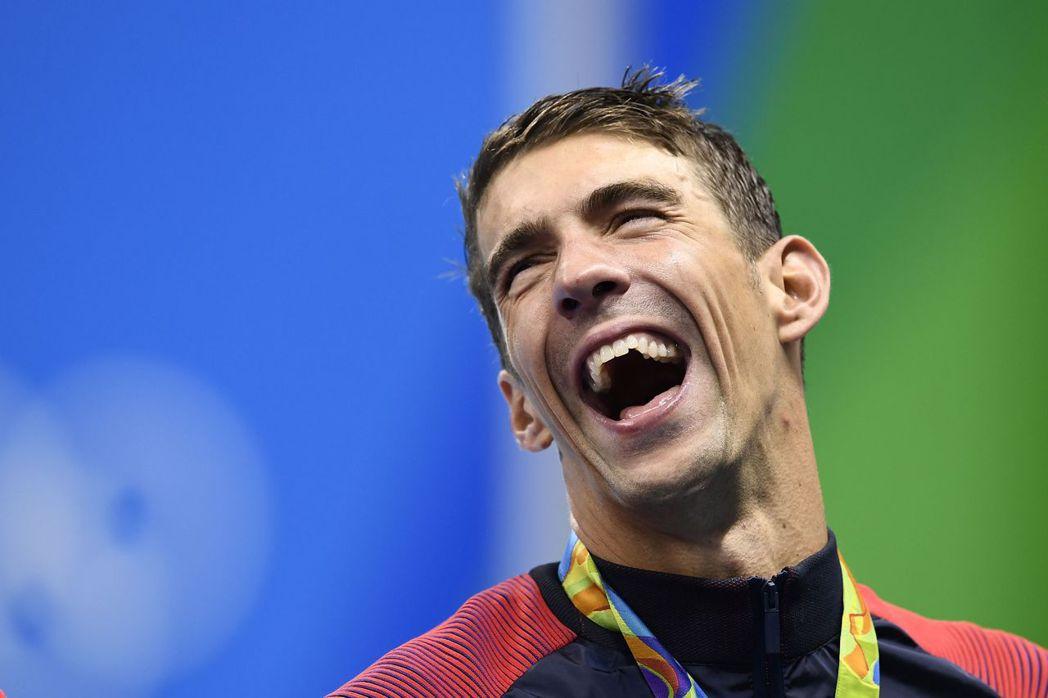 菲爾普斯在里約奧運頒獎典禮時大笑。 報系資料照