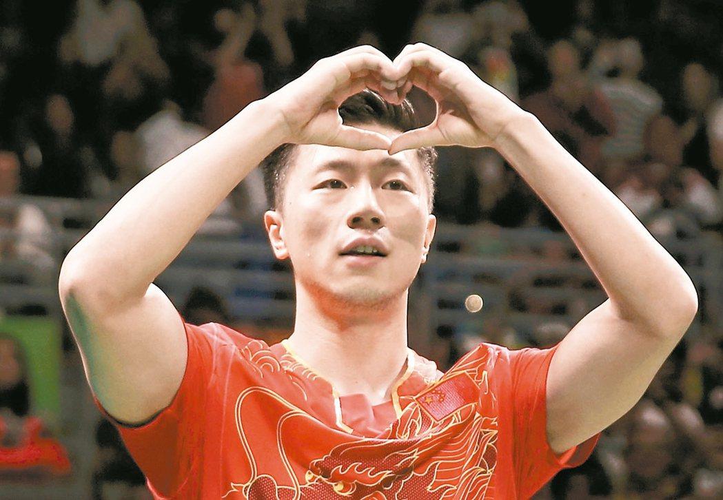 大陸馬龍贏得男桌金牌後,比出心型手勢。 路透