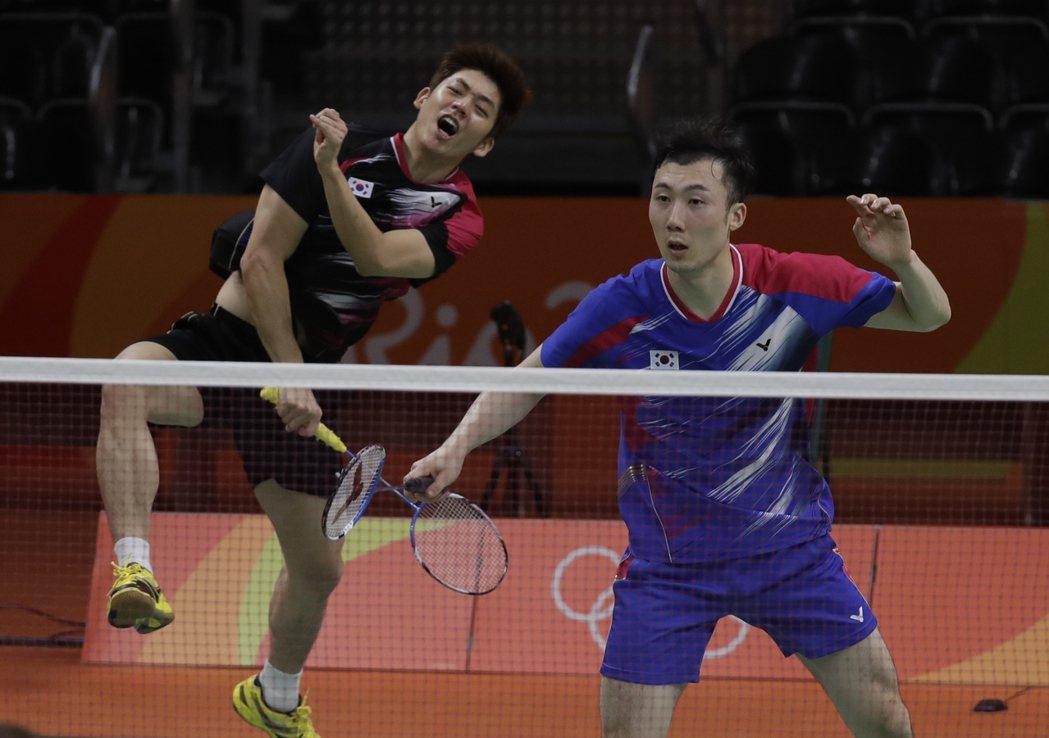南韓羽球世界第一男雙李龍大(左)與柳延星。 美聯社