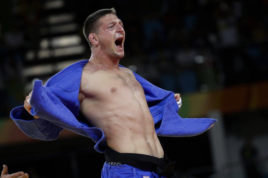 捷克柔道選手克帕勒克今天在里約奧運男子柔道100公斤以下級摘金,這也是捷克隊史首...