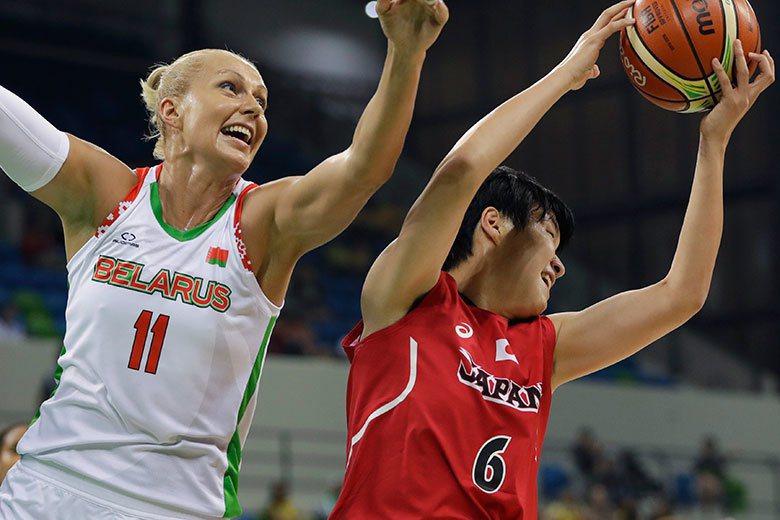 日本隊中鋒間宮佑圭(右)在白俄羅斯中鋒葉琳娜·露琪安卡(左)前搶下籃板。 美聯社