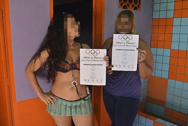 奧運場外性工作者發傳單。 圖擷自 dailymail