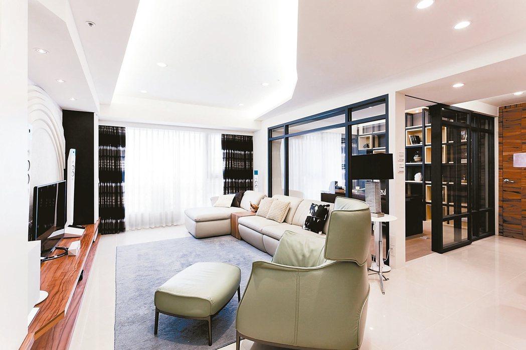 客廳的亮度應比其他房間高,可選擇有護眼效果的白光燈具。 圖/永慶居家中心提供