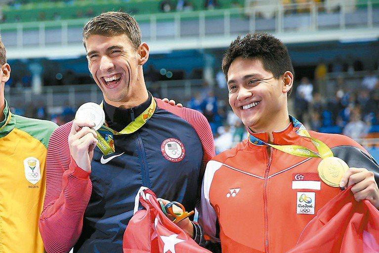 新加坡約瑟林(右)超越美國菲爾普斯奪金,同台領獎。 路透