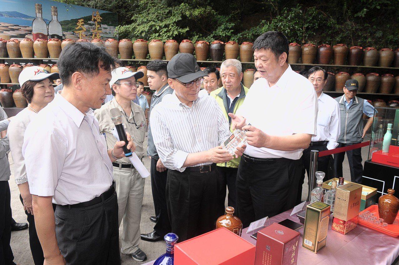 行政院長林全(黑帽者)昨赴馬祖視察,對臺馬之星問題表示遺憾。圖/行政院提供