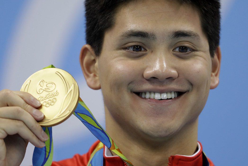 新加坡泳壇新秀約瑟林在奧運男子100公尺蝶式擊敗偶像、美國傳奇費爾普斯,勇奪個人...