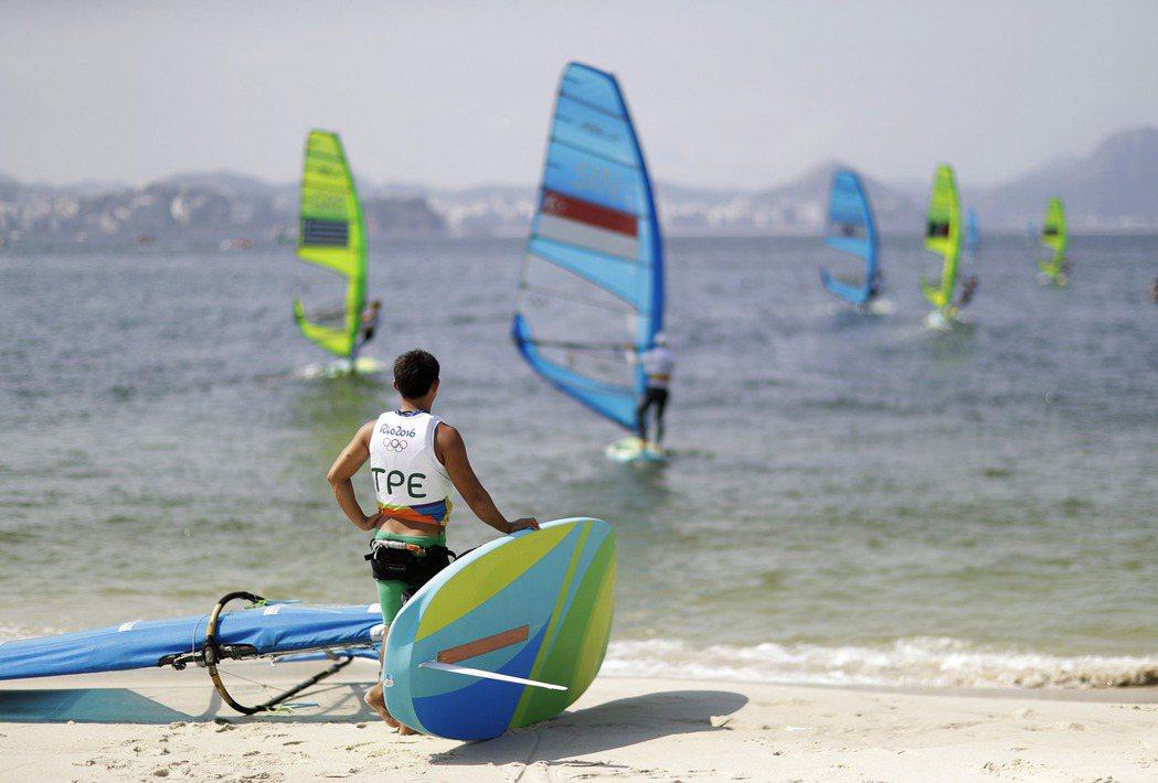 張浩在里約奧運帆船賽男子風浪板的12場賽事結束後,總成績383分排在32名,無緣...