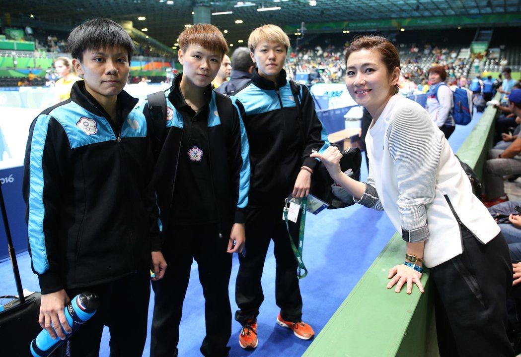 中華隊女子桌球代表團跟藝人任家萱(Selina)合影。中華奧會提供