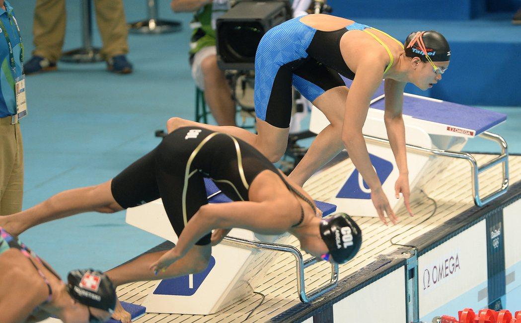 里約奧運游泳比賽中午舉行,首度站上奧運舞台的游泳小將林姵彣(右)在女子50公尺自...