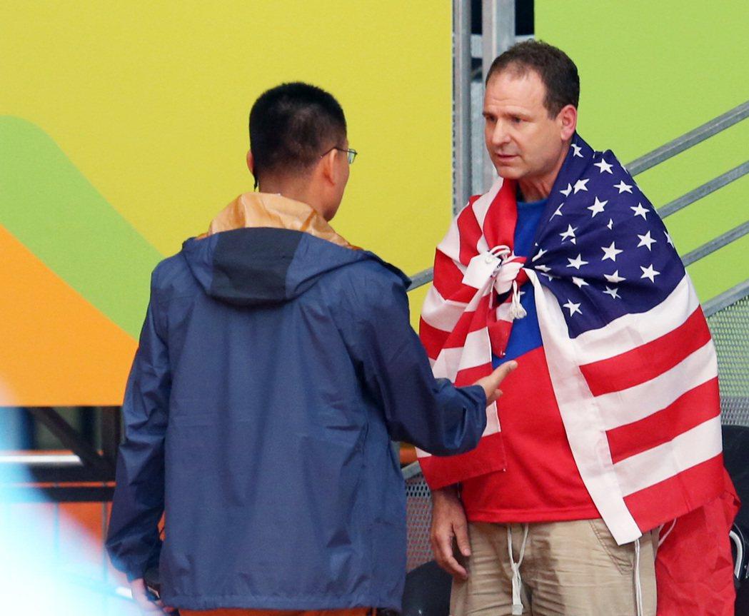 (圖二)大陸工程人員發現,要求克里斯交出國旗。特派記者陳正興/攝影