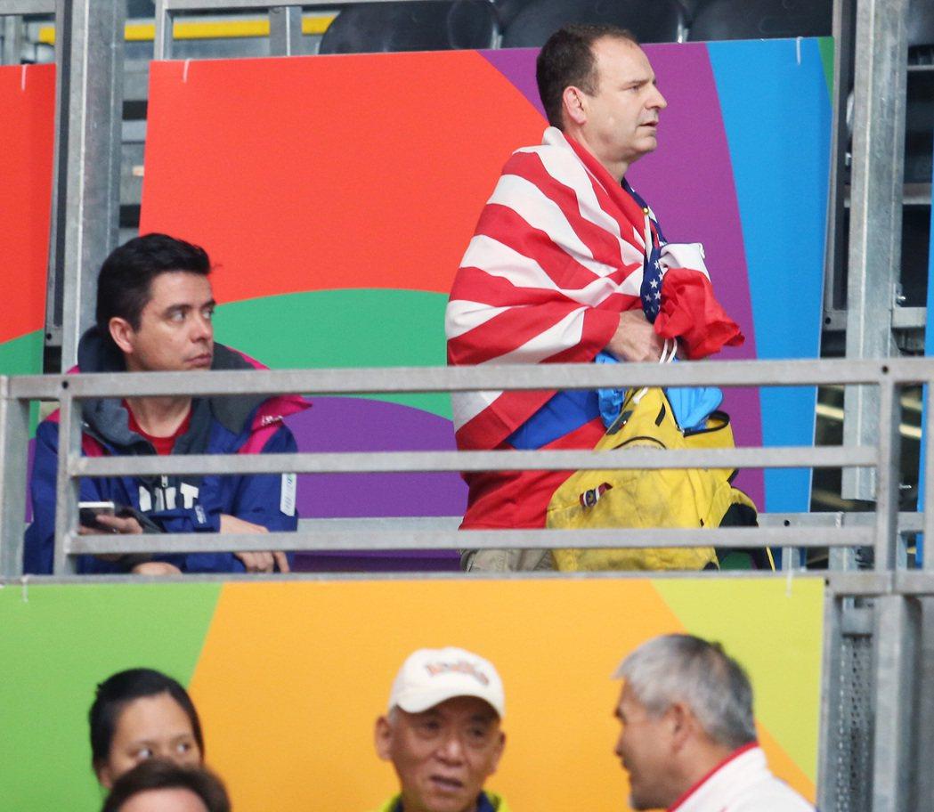 (圖三)克里斯不願意交出國旗,只得悻悻然地離開。特派記者陳正興/攝影