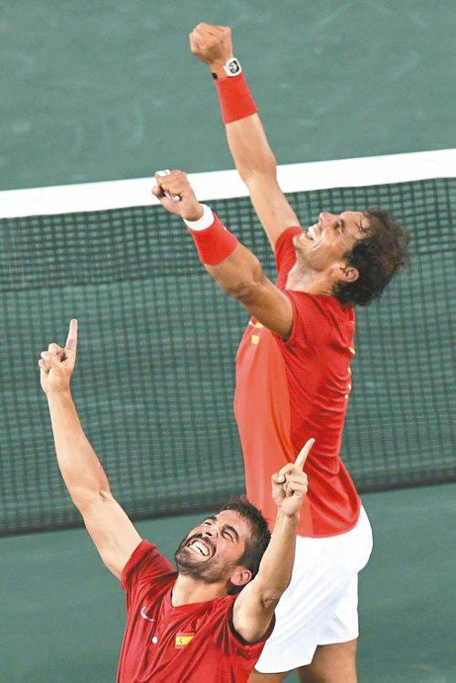 西班牙納達爾(後)與隊友洛培茲在奧運網球男雙摘金後振臂歡呼。 法新社