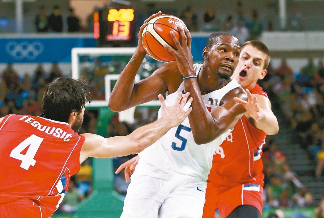 美國男籃隊杜蘭特(中)持球,受到塞爾維亞隊包夾。 路透