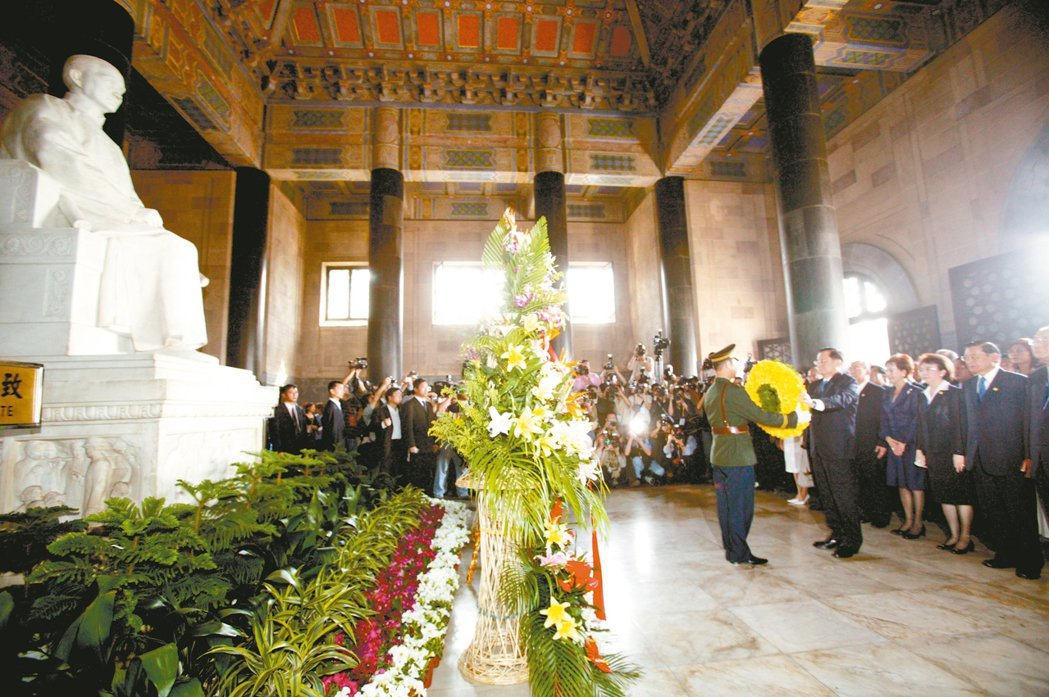 原來聞名世界的巴西里約熱內盧地標「救世基督像」,與南京中山陵祭堂內的孫中山坐像(...