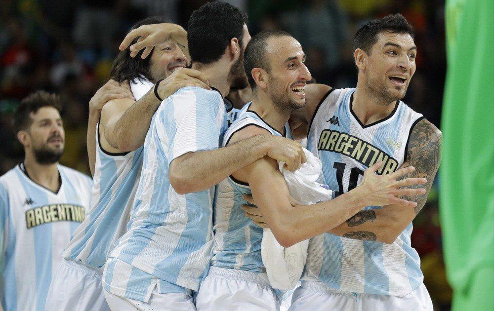 阿根廷贏球全隊擁抱。 美聯社