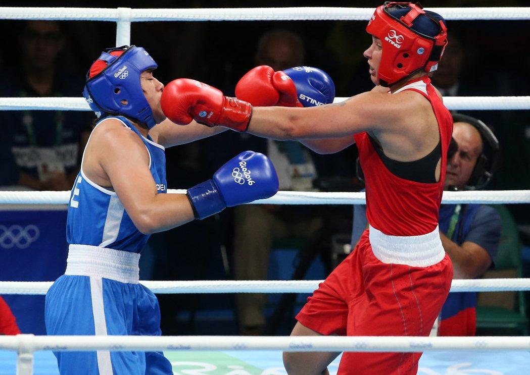 里約奧運女子中量75公斤級拳擊,中華台北陳念琴(左)以0:3,敗給白俄羅斯選手。...