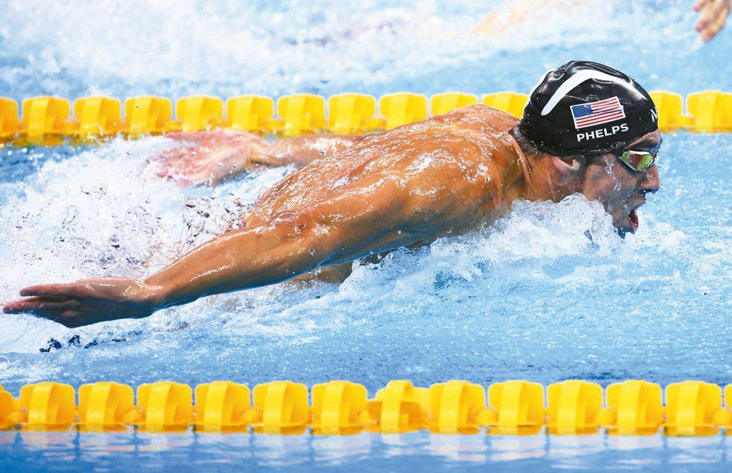 費爾普斯在奧運游泳賽男子四百公尺混合式接力負責蝶式這一棒,助美國隊獲得金牌。 路...