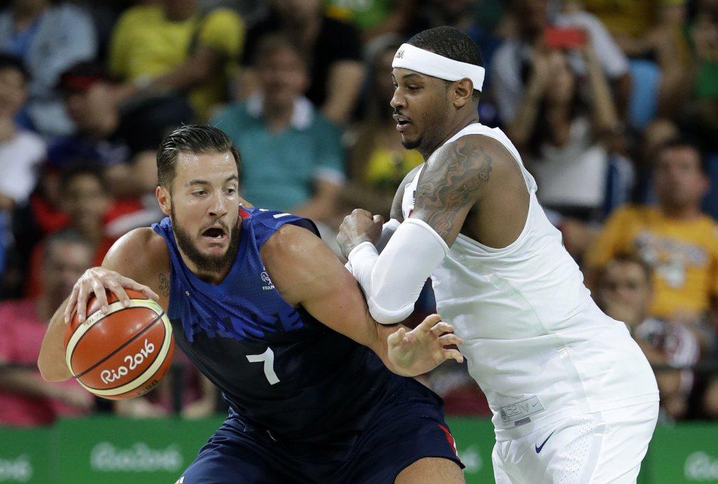 美國隊今天險勝法國3分,圖為安東尼防守法國球員。 美聯社