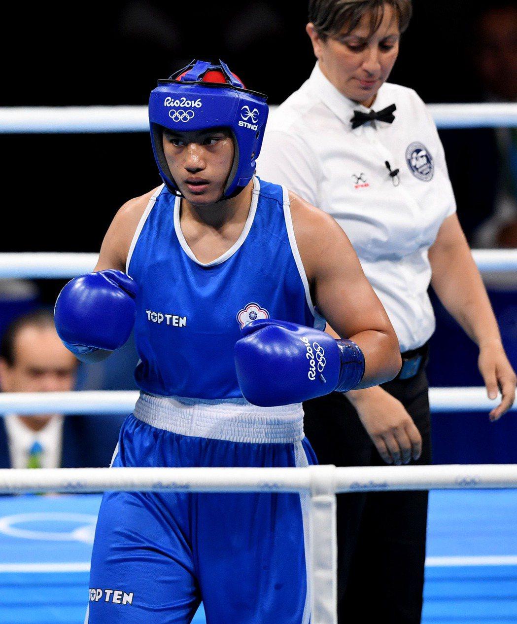 奧運拳擊女子69-75公斤級預賽中,中華選手陳念琴不敵俄羅斯選手。 新華社