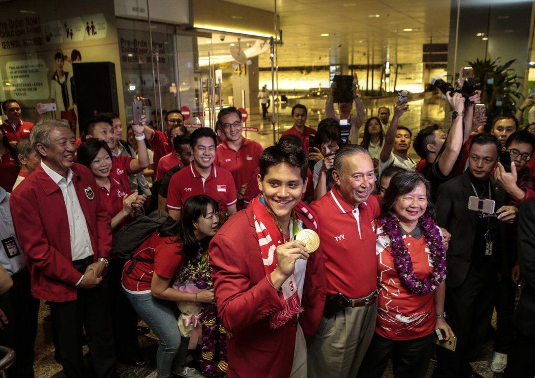 約瑟林返回新加坡受到熱烈歡迎! 歐新社