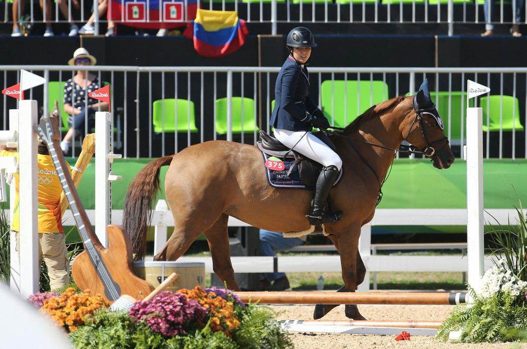 里約奧運馬術比賽持續進行,中華臺北汪亦岫在終點前不慎跨欄失敗,騎著馬再回到失敗處...
